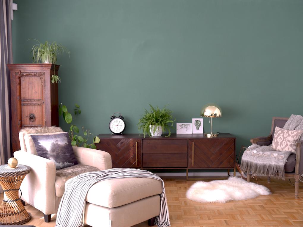 Green feature wall, midcentury modern sideboard, living room allthelittledetails.de